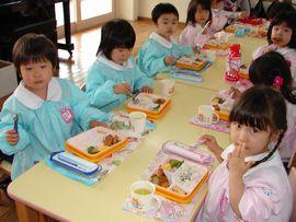 4月17日 今日から給食が始まりました。年少さん、初めての給食どうでしたか?