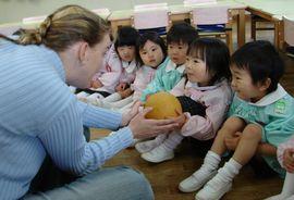 年少さんの英語も始りました! きれいな先生にみんなドキドキ!
