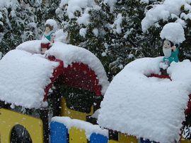 小人さんの頭にも雪が・・・重そう・・・