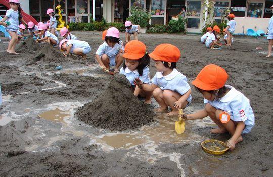 年長さんが作った山で遊ぶ年少さん… 池を掘り下げたり、山を盛り上げたり…