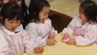 一人が布団を、一人が赤ちゃんを作りました。(ポケットのような布団の中に入っているのが赤ちゃんです。)